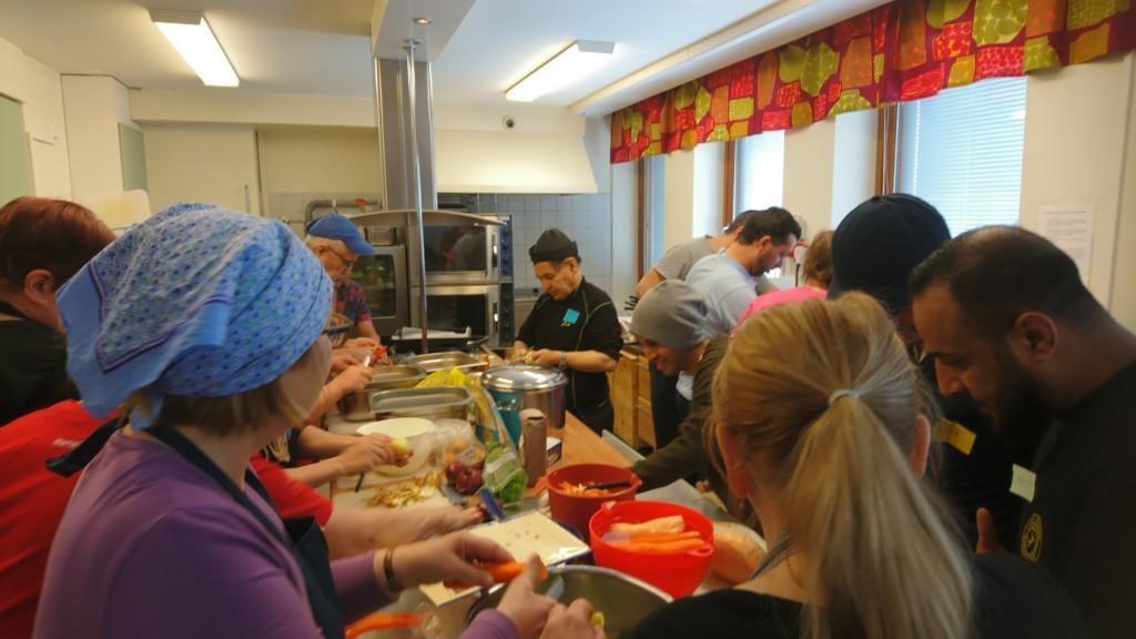 Lukutaitoryhmä laittaa ruokaa Marttojen ruokapäivässä