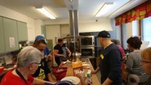 Marttojen ruokapäivän ruuanlaittajia keittiössä
