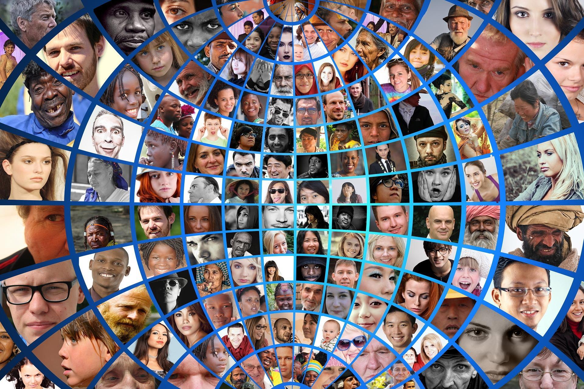 Paljon erilaisten ihmisten kasvoja maapallon muotoon tehdyssä ruudukossa